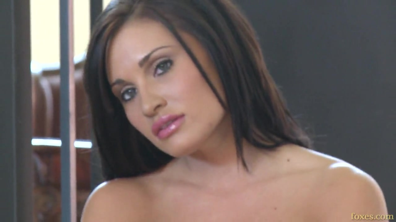 Сексуальная красавица с темными волосами позирует на лестнице порно порно
