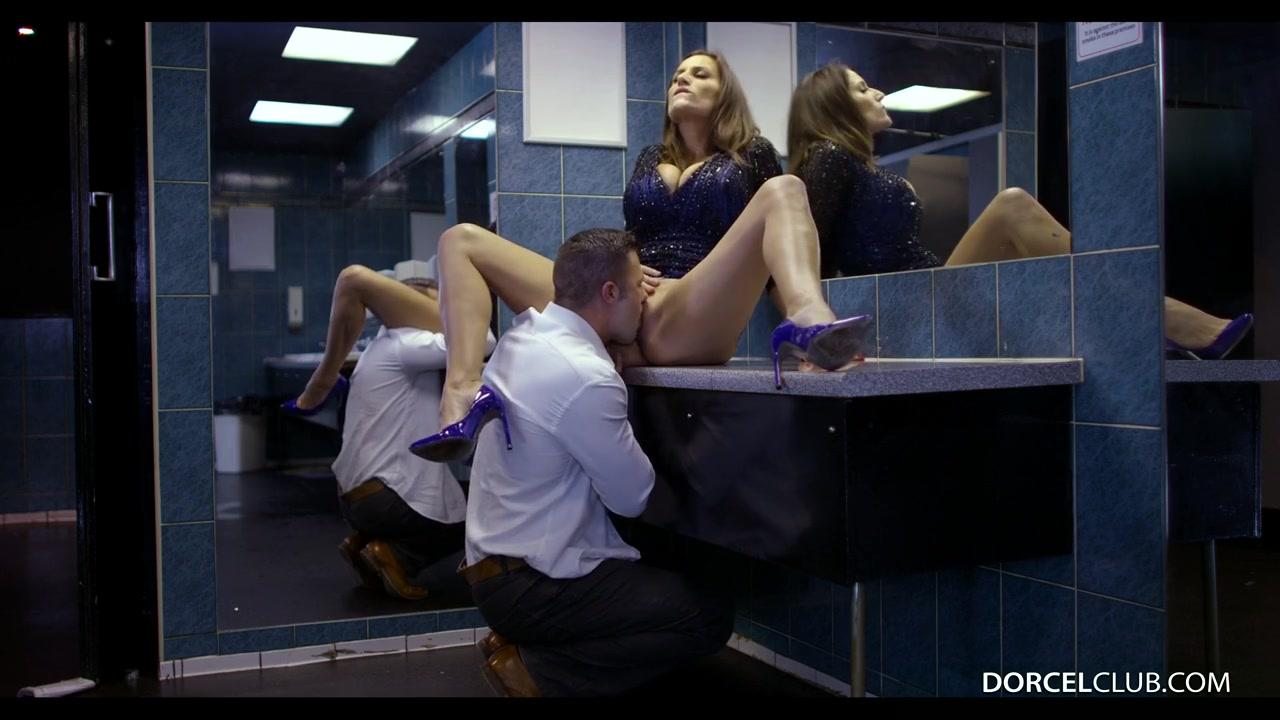Трахая сногсшибательную, французскую мамочку с большими сиськами в общественном туалете ночного клуба Сенсуал Джейн (Sensual Jane) порно порно