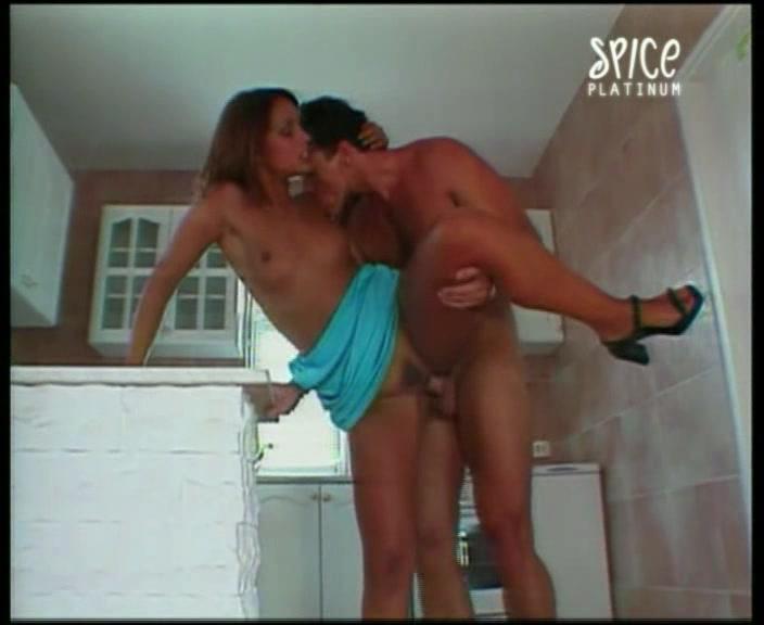 Сильвия Лорен трахается на кухне порно порно