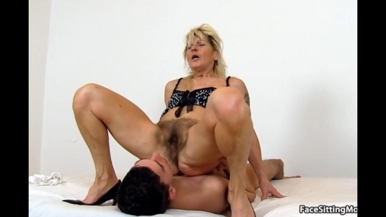 Парень лижет волосатую пиздень бабули порно порно