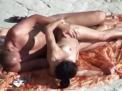 Мужик удовлетворил жену с силиконовой грудью на пляже порно порно
