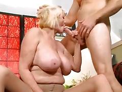 Грудастая бабуля любит анальный с екс порно порно