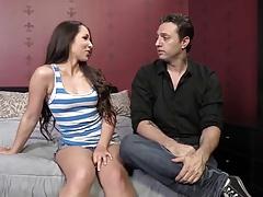 Парень предложил своей девушке потрахаться с негритосом порно порно