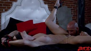 Лысый зверь доводит свою сучку до оргазма порно порно