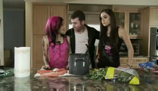 Саша Грей трахается с приятелем своей подруги в спальне порно порно