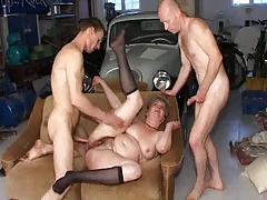 Два парня выебали пожилую женщину в гараже порно порно