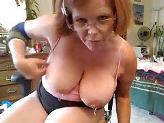 Старая развлекается перед камерой порно порно