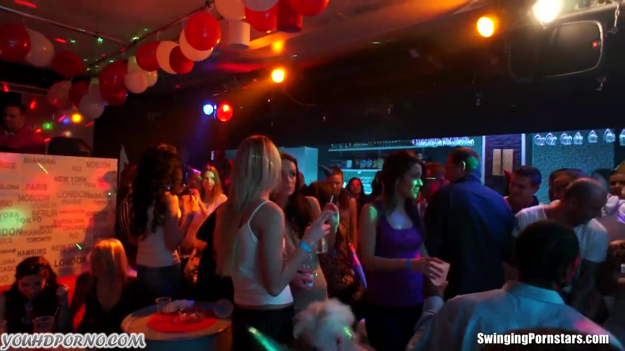 Групповой разврат в ночном клубе порно порно