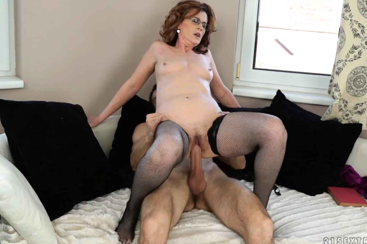 Похотливая бабка Майна отрывается на молодом члене (Mayna May) порно порно