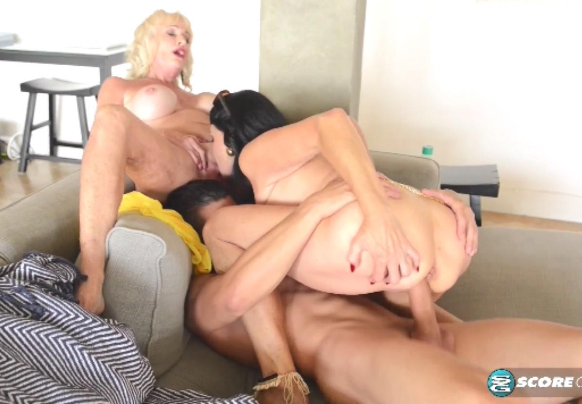 Две сисястые бабули трахаю молодого парня (Leah L`Amour, Rita Daniels) порно порно