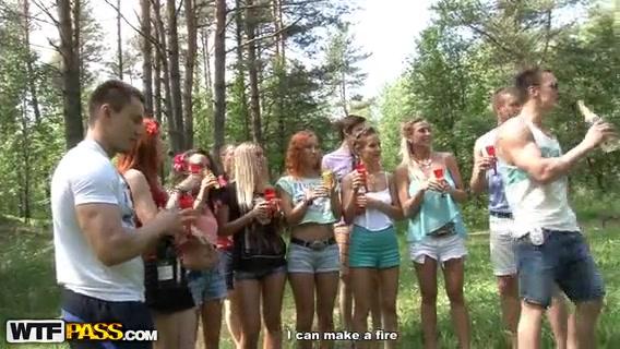 Большая русская групповушка с молодыми людьми на полянке порно порно