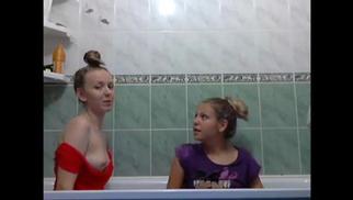 Русские девахи развлекаются в ванной порно