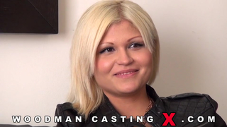 Блондинку затрахали в попу на кастинге Вудмана порно