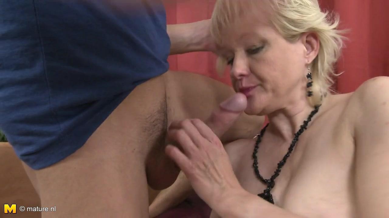Парень частенько заходит к одинокой 50-ти летней начальнице на чай и удовлетворяет оргазмом лаская и трахая мокрую, голодную пизду Sandra G порно