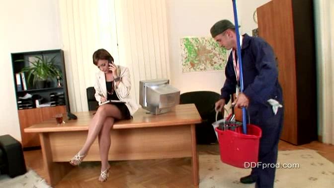 Сильвия Лорен делает минет уборщику порно
