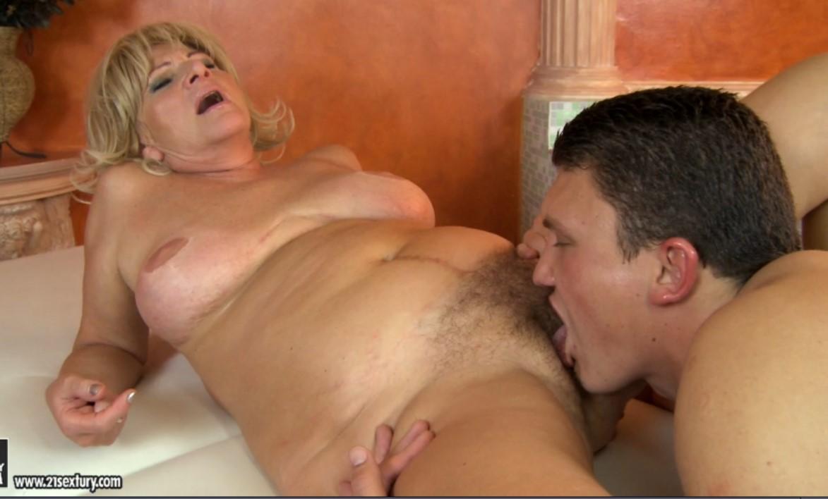 Парень трахает бабулю в её волосатую пиздищу порно