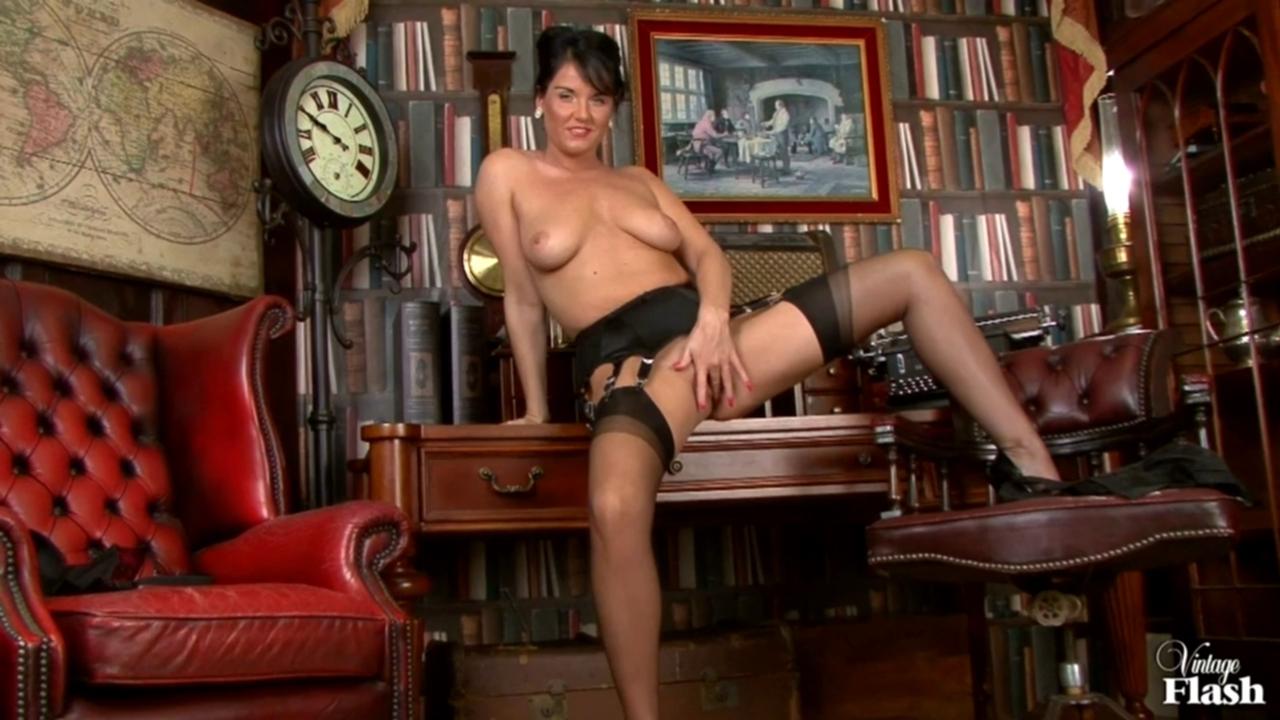 Соло в винтажном белье (Raven Lee) порно