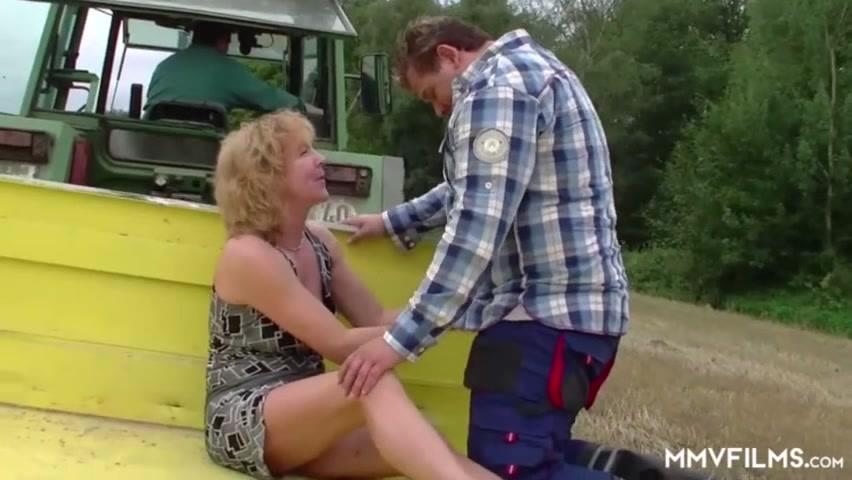 Порно в тракторах, иностранцы ебут русскую блондинку чупа-чупс
