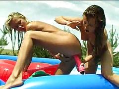 Лесбиянки в надувном бассейне порно