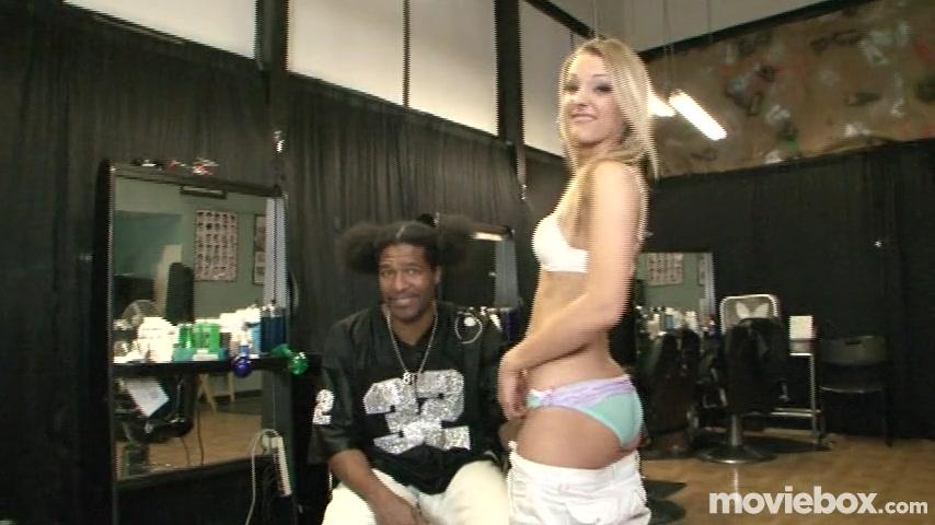 Негр с большим членом трахнул блондиночку в салоне красоты порно