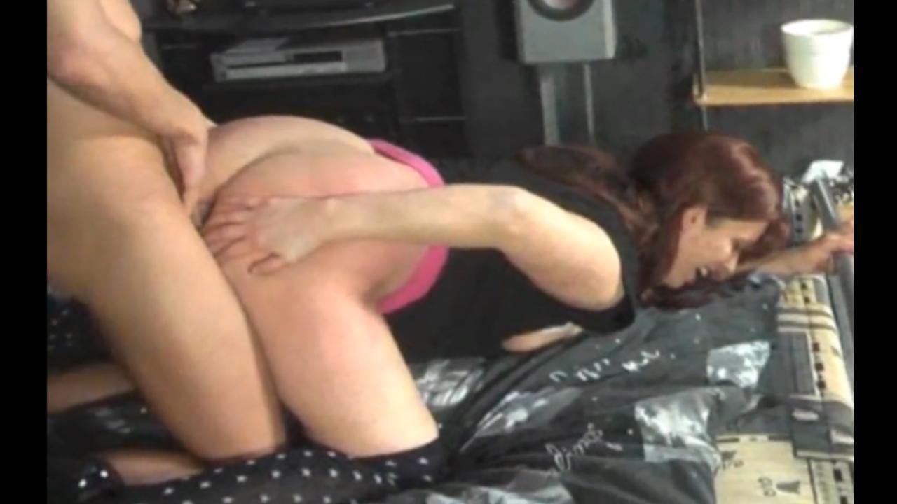 Немецкая молодая брюнетка наслаждается домашним анальным сексом с минетом