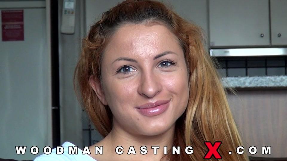 Обаятельная девица с длинными волосами на кастинге Вудмана порно