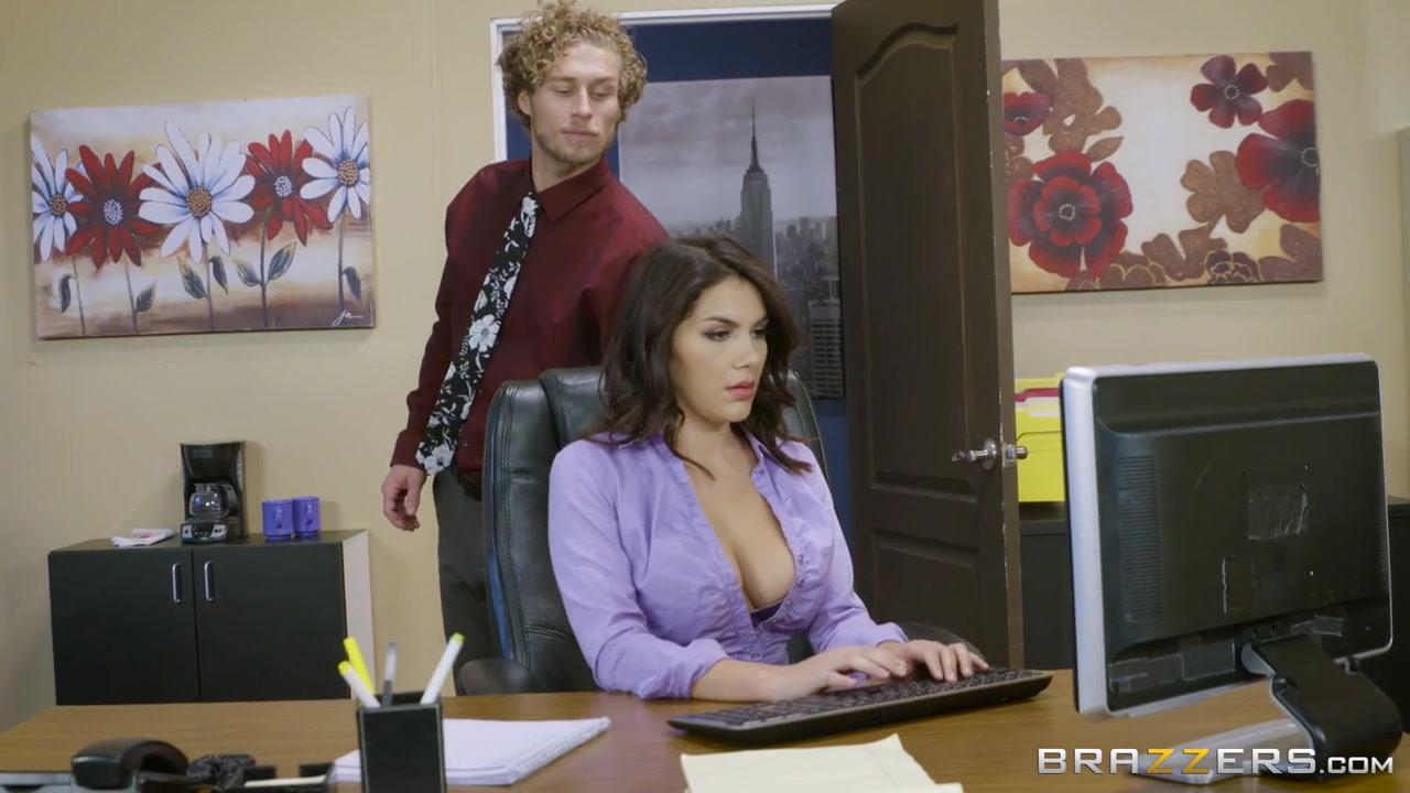 Кучерявый парень на работе трахают классную давалку, которую перетрахал весь офис Valentina Nappi порно