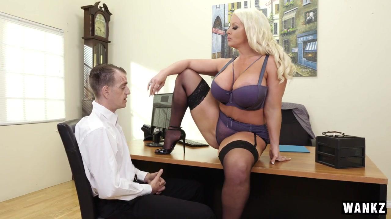 Изголодавшаяся по члену офисная начальница с внушительными формами разрешила подчиненному быстро заработать повышение  Alura Jenson порно