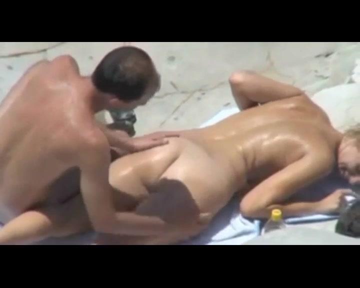 Мужик и его баба ебутся на пляже порно