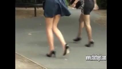 Наблюдение за двумя дамами на высоких каблуках порно