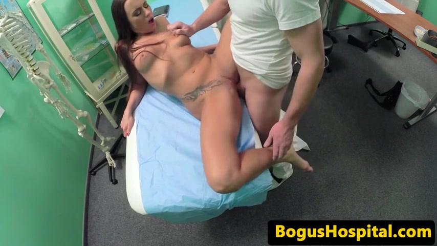 После осмотра сексапильную пациентку доктор активно поебал порно