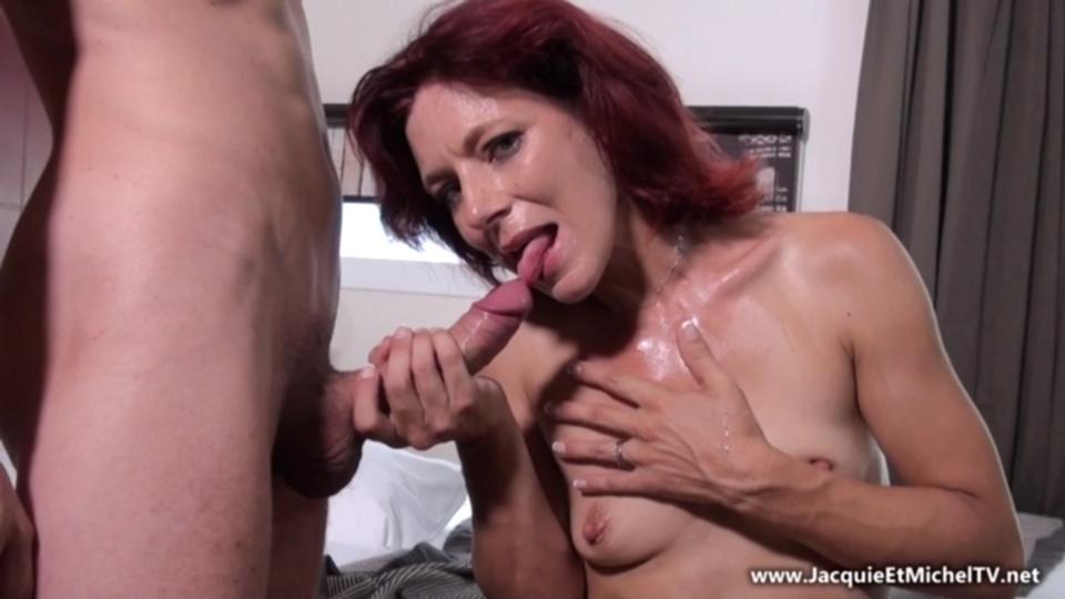 Парень трахает рыжую мамку порно