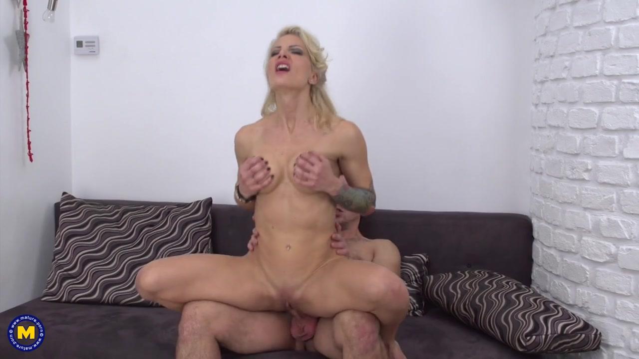 Молодой ухажер ублажает свою стройную 40-ка летнюю любовницу с красивой грудью и узенькой писечкой Tonya порно