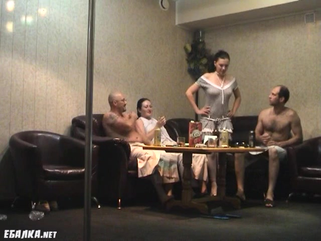 Хорошо выпив в сауне свингерам захотелось групповой оргии порно