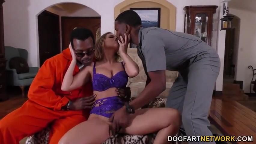 Доступная красотка Бритни Эмбер (Britney Amber) и черные базуки для ее удовольствия порно