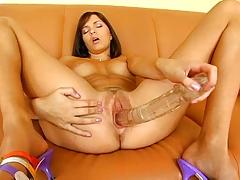 Голая Стейси играет с большим фаллоимитатором на диване порно