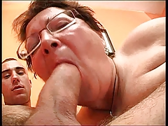 Старая в очках зажигает с молодым порно