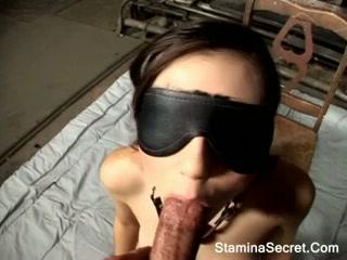 Длинноволосая красотка Саша Грей сосет и катается на члене порно
