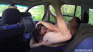 Зрелый мужик взял сучку в машину и там ее отлично выебал порно