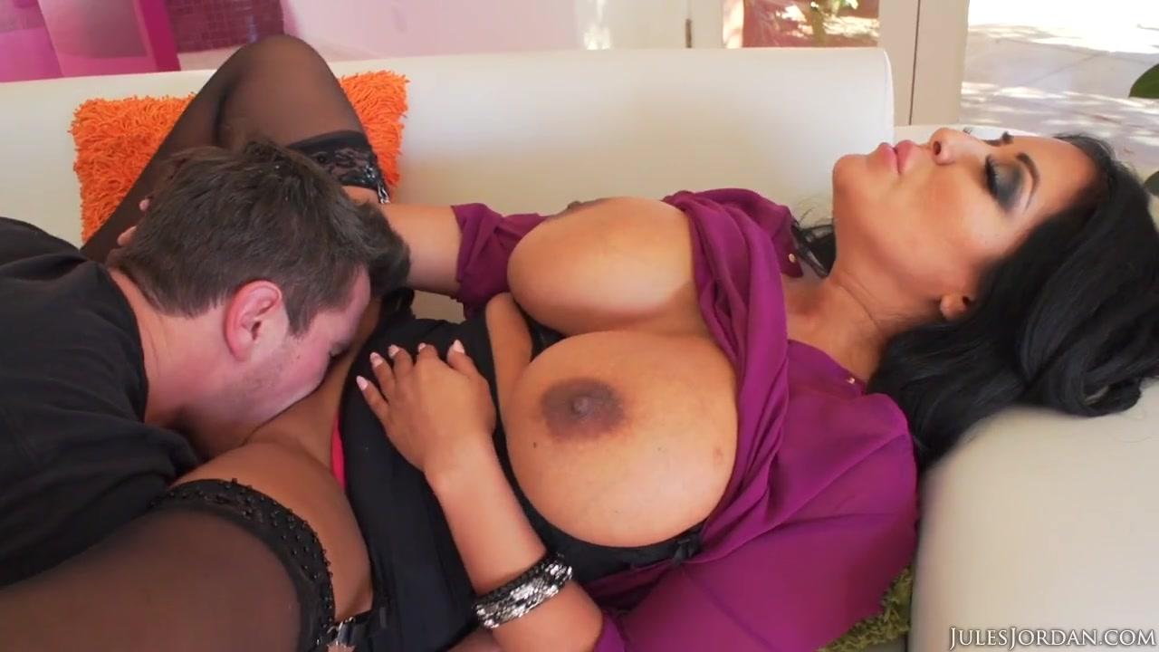 Дал пососать опытной мамаше с громадной грудью