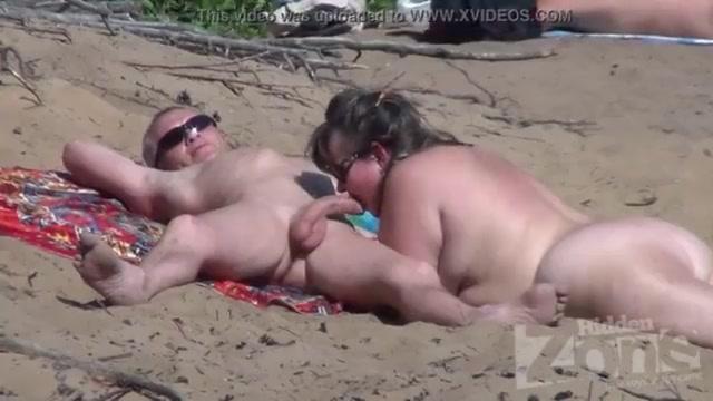 Пышнотелая Нудистка Сделала Незабываемо Приятно Своему Перцу На Пляже.