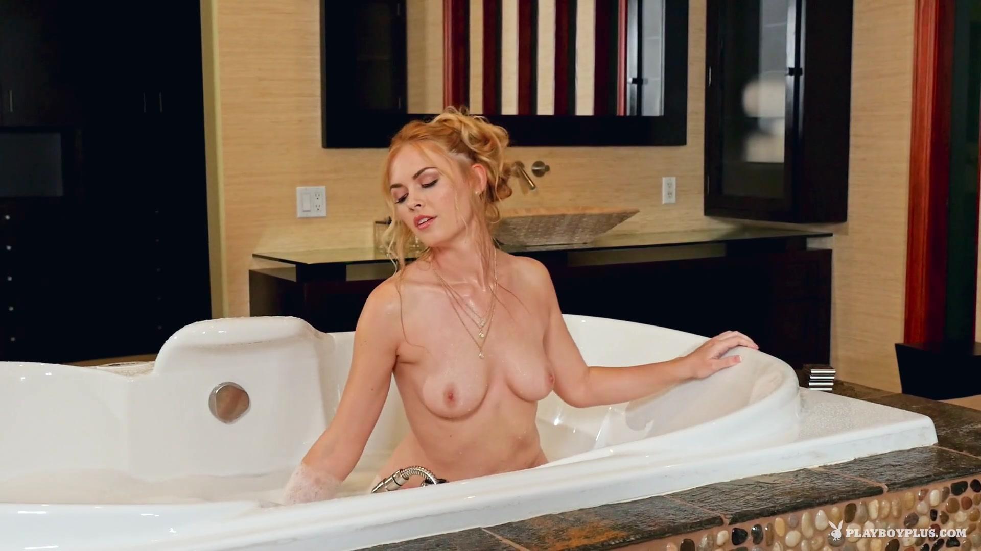 Красотка нежится в ванной порно