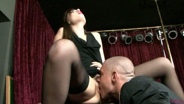 Саша Грей в оральном сексе с лысым чуваком порно