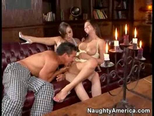 Саша Грей и Рэйчел Рокс имеют секс втроем на диване порно
