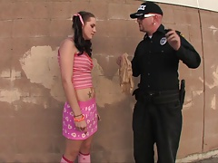 Молоденькая студентка была задержана охранником и трахнута директором порно