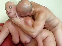 Пышную немного переспелую блондинку грубо ебут на диване порно