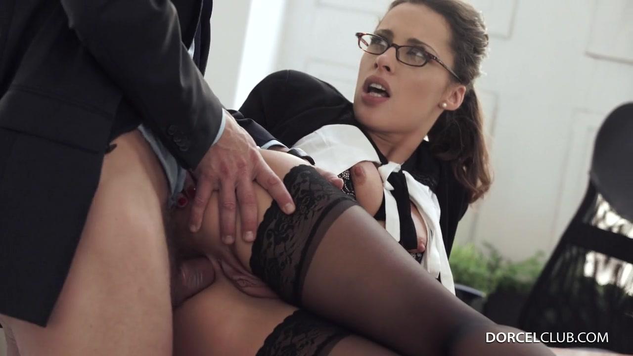 Сексуальная, французская секретарша по полной программе ублажает босса Nikita Bellucci порно