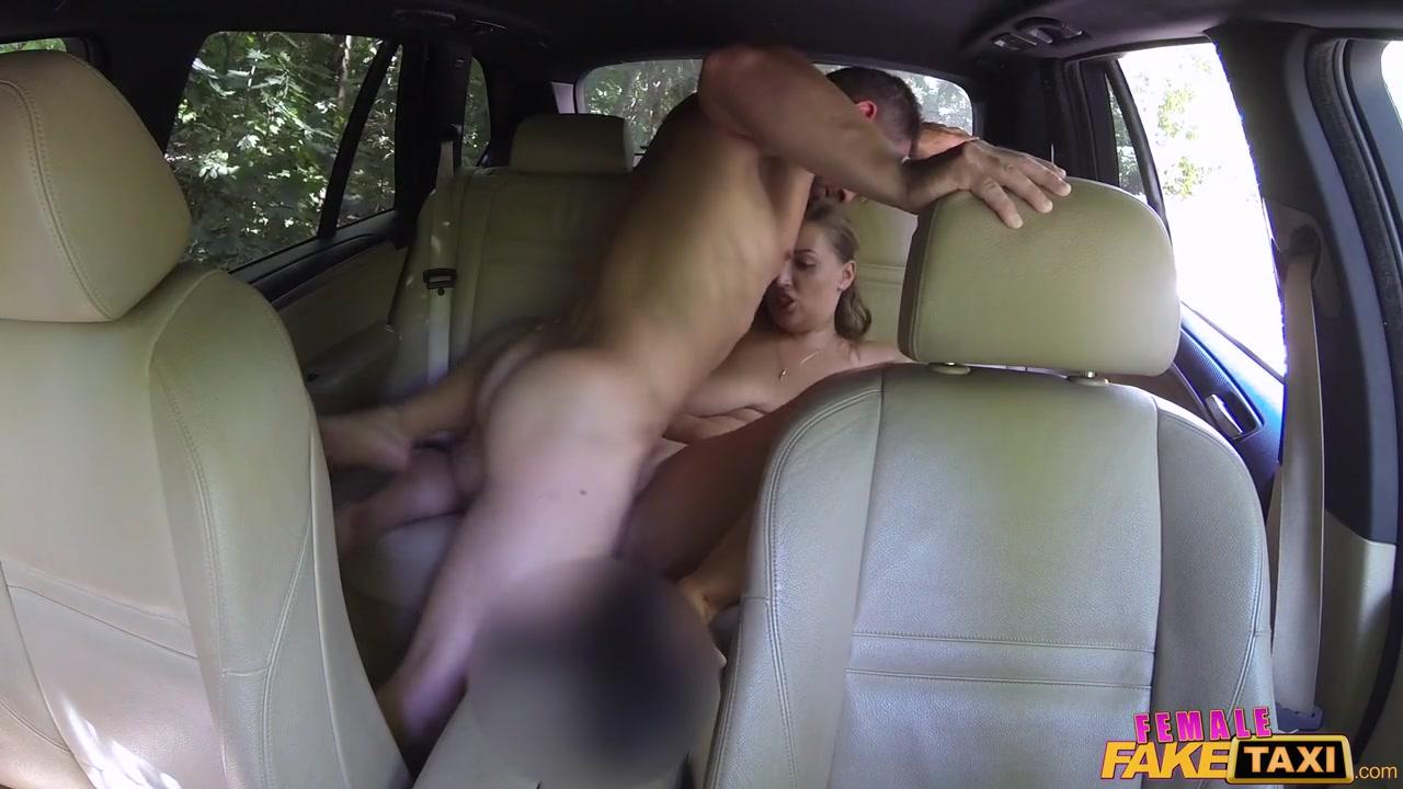 Пышная блондиночка с сочной пиздой балует маленький хуй парня и писает на лицо парня во время куни Crystal Swift порно