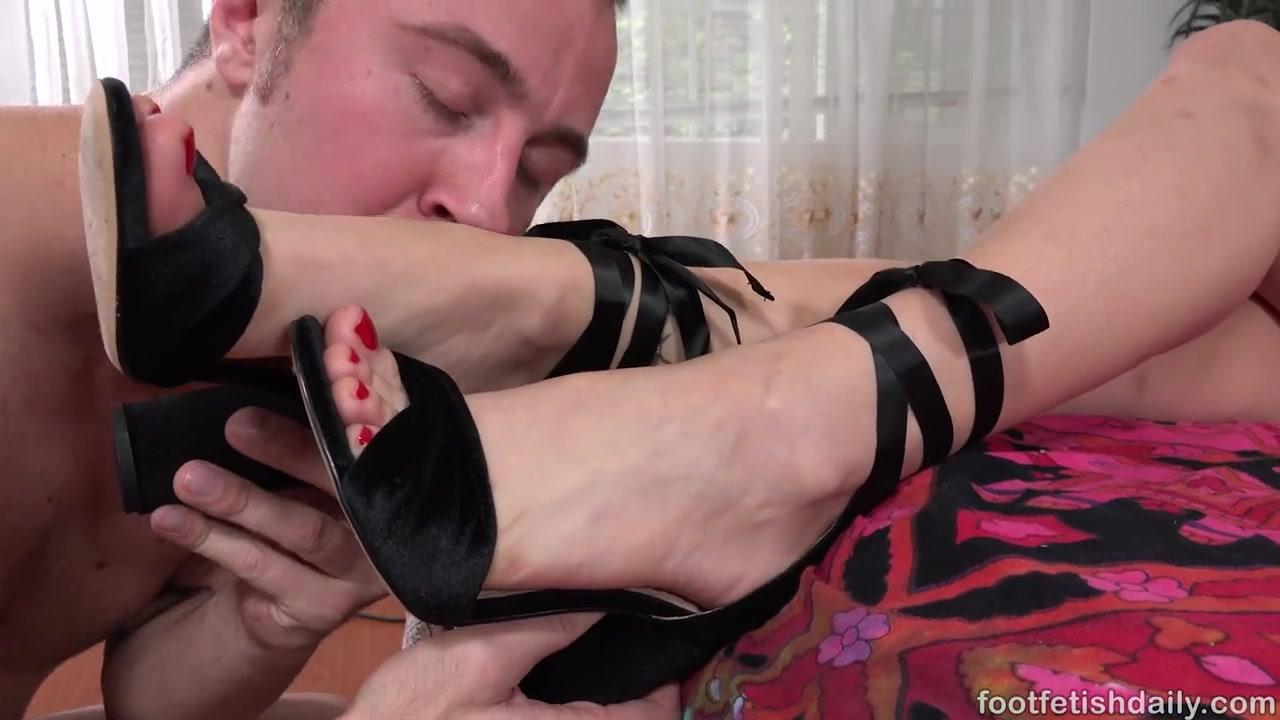 Фут-фетишист жестко выебал блондинистую студенточку с красивыми ножками  Kylie Page порно