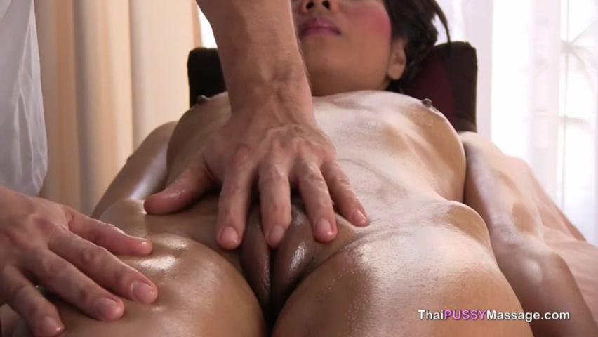 Отличный массаж для привлекательной азиаткой девки порно